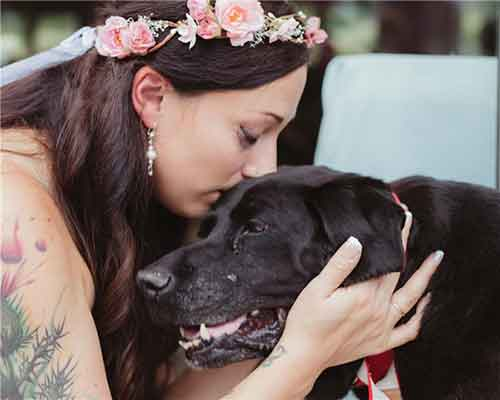 Cô chủ hôn tạm biệt chú chó của mình